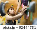 ボルダリング(若い女性、フィットネス、トレーニング 62444751