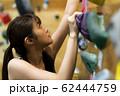 ボルダリング(若い女性、フィットネス、トレーニング 62444759