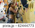 ボルダリング(若い女性、フィットネス、トレーニング 62444773