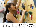 ボルダリング(若い女性、フィットネス、トレーニング 62444774
