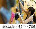 ボルダリング(若い女性、フィットネス、トレーニング 62444786