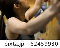 ボルダリング(若い女性、フィットネス、トレーニング 62459930