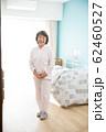 シニア女性と個室 62460527