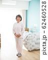 シニア女性と個室 62460528