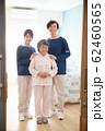 シニア女性と介護スタッフ 62460565