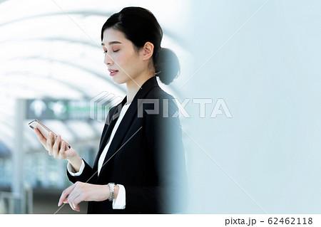 女性 ビジネス 待ち合わせ 62462118