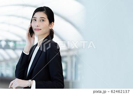 女性 ビジネス 待ち合わせ 62462137