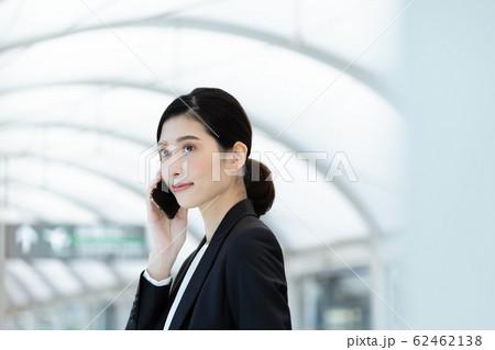 女性 ビジネス 待ち合わせ 62462138