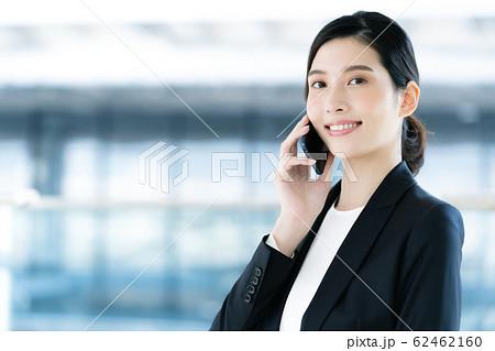 女性 ビジネス 通話 62462160