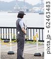 軍港の風景に溶け込む女性駅員さん 62463483
