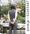 バラの花に負けないくらい美しそうな女性駅員さんの後ろ姿 62463487
