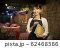 レストランで働く女性 62468366
