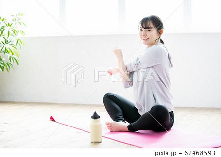 ストレッチをする若い女性 ダイエットイメージ 62468593