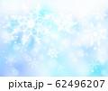 雪の結晶_淡いブルー背景 62496207