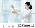 ビジネスシーン 白衣 62500918
