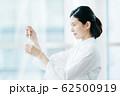 ビジネスシーン 白衣 62500919