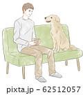 ソファに座る男性と犬 62512057