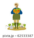笑顔で野菜を収穫する女性(背景なし) 62533387