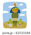 笑顔で野菜を収穫する女性(背景あり) 62533388