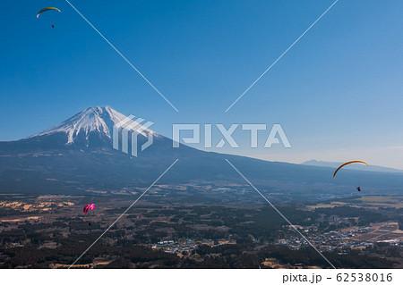 富士山とパラグライダー。静岡県富士宮市、朝霧猪之頭エリアにて撮影 62538016