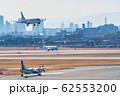 大阪の街並みと飛行機 大阪(伊丹)空港 62553200