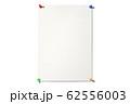 カラフルな画鋲でとめた画用紙 62556003