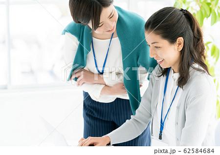 カジュアルビジネス 女性 オフィス 62584684