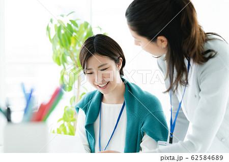カジュアルビジネス 女性 オフィス 62584689
