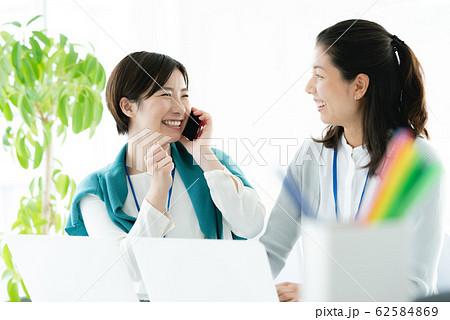 女性 カジュアルビジネス オフィス スマホ  62584869