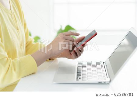 女性 リモートワーク 手元 62586781