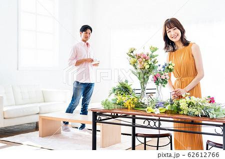 女性 家族 夫婦 フラワーアレンジメント リビング ライフスタイル 62612766