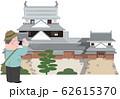 松山城とシニア旅行者 62615370