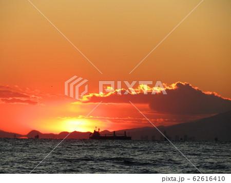 稲毛海岸から見た夕日の沈んだ後の夕焼け 62616410