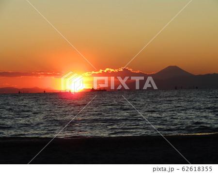 稲毛海岸から日が沈み始めた夕焼けと富士山 62618355