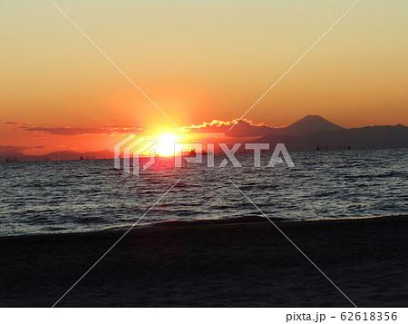 稲毛海岸から日が沈み始めた夕焼けと富士山 62618356