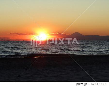 稲毛海岸から日が沈み始めた夕焼けと富士山 62618358