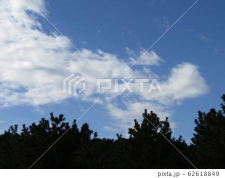 冬の青空と白い雲 62618849