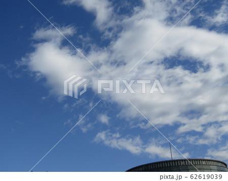 冬の青空と白い雲 62619039