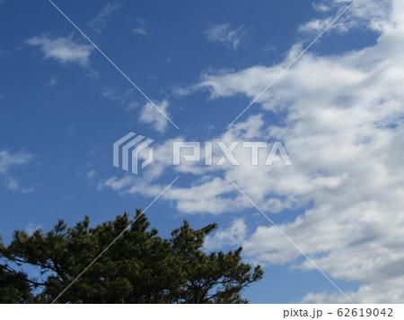 冬の青空と白い雲 62619042