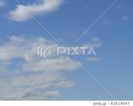 冬の青空と白い雲 62619047