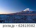 《山梨県》日本の冬・積雪の赤富士と富士吉田の街並み《新倉山浅間公園》 62619382
