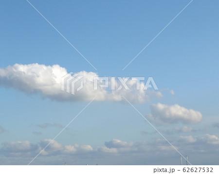 冬の青空と白い雲 62627532