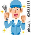 レンチを持つ青い作業着の男性 62628458