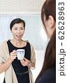 キッチンで話をする母親と女子高校生 62628963