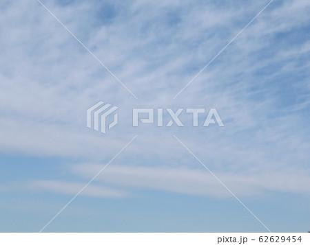 冬の青空と白い雲 62629454