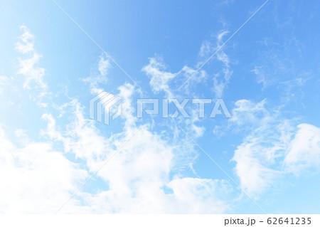 青空に浮ぶ雲 爽やかな空 62641235