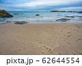 砂浜に描かれたハートマークと静かな海 62644554