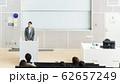スピーチをする中年女性 62657249