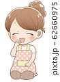 座ったエプロン姿のシニヨン女性(笑顔) 62660975