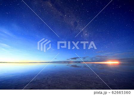 ウユニ塩湖の星空 62665360
